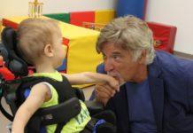 Pinuccio Pirazzoli con un bambino sordocieco al Centro Nazionale di Osimo