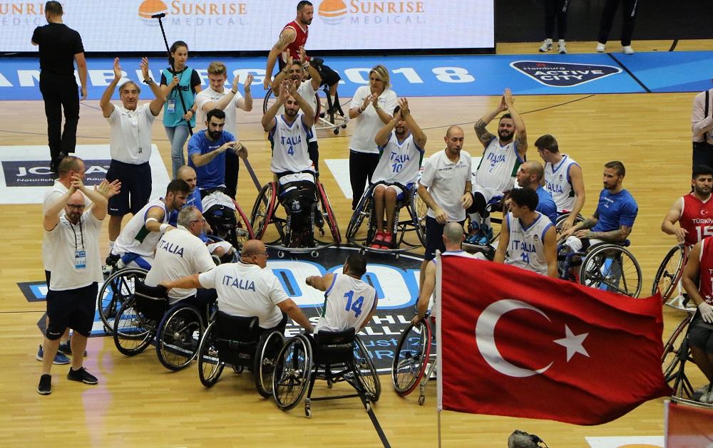 Italia - Turchia festeggiamenti dell'Italia assieme ai giocatori turchi