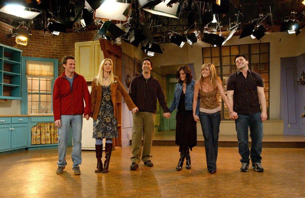 Il cast di Friends, in piedi sul set, si tiene per mano e saluta il pubblico al termine dell'ultimo episodio. 6 maggio 2004.