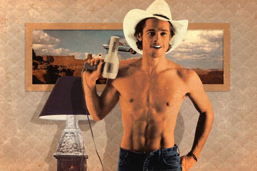 Brad Pitti in una scena di Thelma & Louise. E' a petto nudo in una stanza. Indossa un cappello bianco ed ha in mano un asciugacapelli.