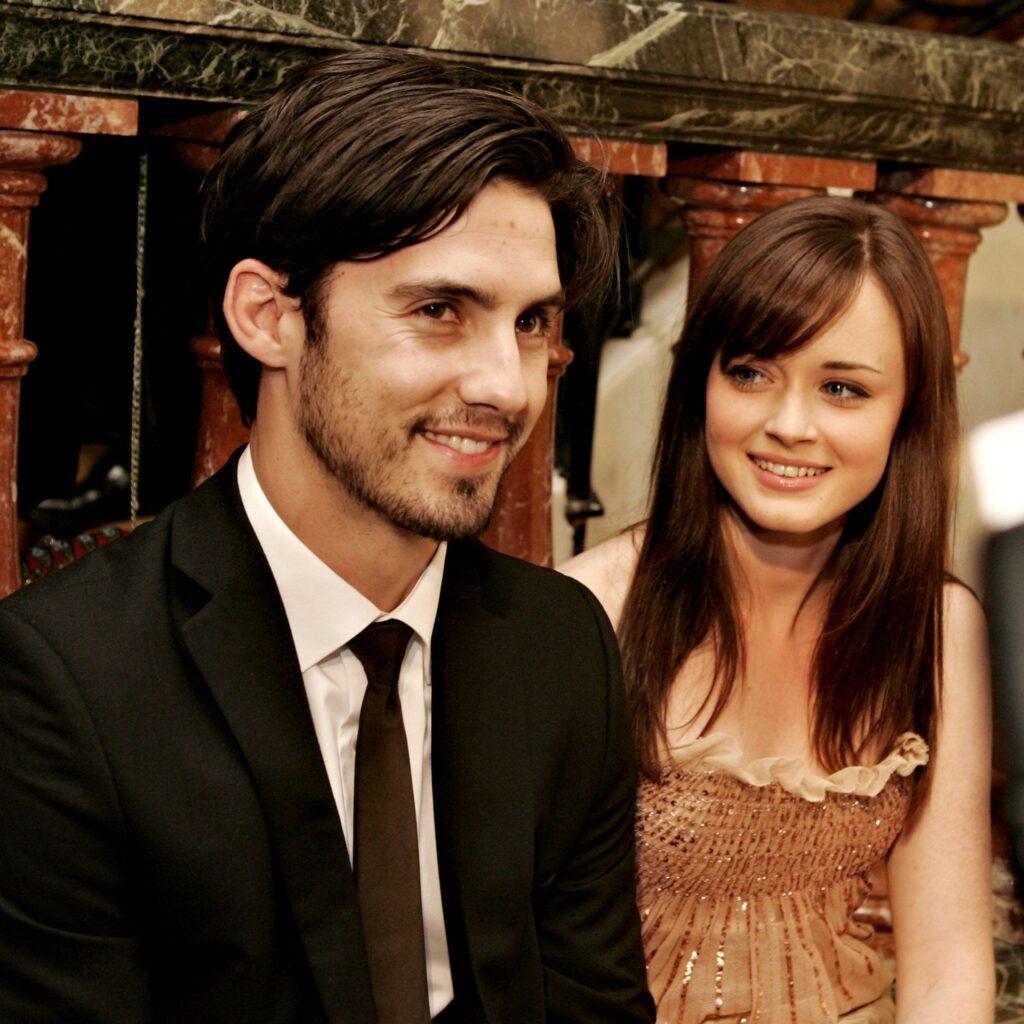 Milo Ventimiglia e Alexis Bledel si sorridono. Una curiosità che li riguarda è l'essersi innamorati sul set delle Gilmore Girls.