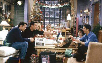 Gli amici di Friends festeggiano il Natale riuniti nell'appartamento di Monica.
