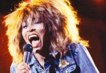 Tina Turner, durante un live, intenta a cantare una delle sue canzoni