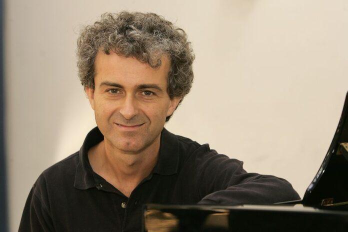 Andrea Maggiora, foto in primo piano del Direttore Artistico dell'Istituto Musicale di Rivoli - articolo di Loredana Carena -
