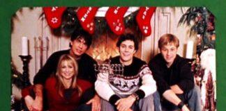 Foto tratta dall'episodio di Natale di The OC, nel quale Seth presenta al mondo il Chrismukkah