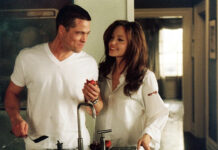 Brad Pitt e Angelina Jolie in una scena di Mr and Mrs Smith